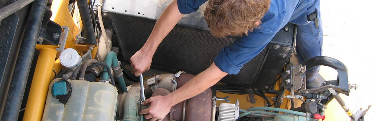 What does a heavy vehicle mechanic do?